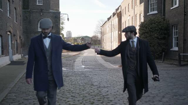 zwei männer streiten - schiebermütze stock-videos und b-roll-filmmaterial