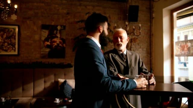 Dos hombres en un Bar