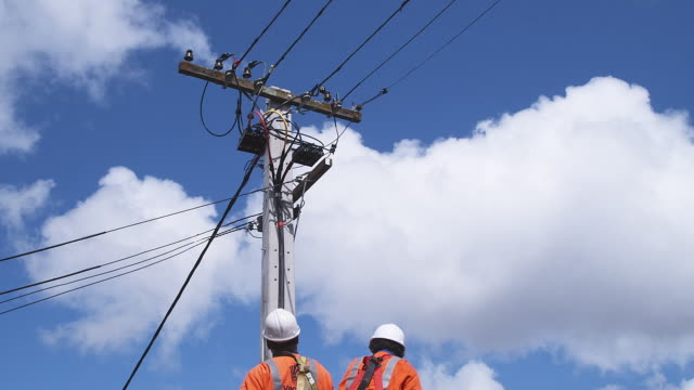 ws, la, two men in cherry picker working on overhead power line, auckland, new zealand - cherry picker stock videos & royalty-free footage