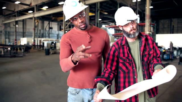 zwei männer in fabrik grundrisse anschauen - grundriss stock-videos und b-roll-filmmaterial