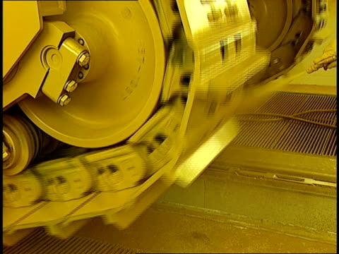 vídeos y material grabado en eventos de stock de two men in protective suits paint spinning caterpillar treads. - artrópodo