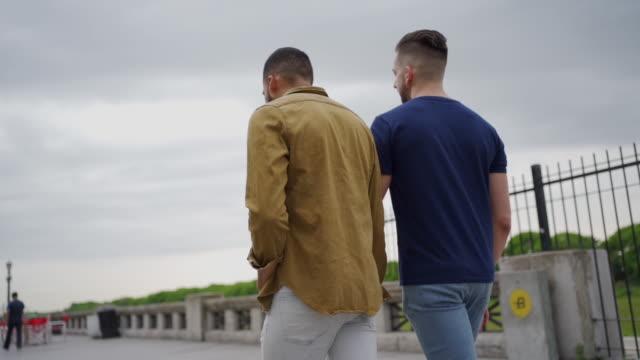 zwei männer in beziehung genießen bewölkten tag in argentinien - hände halten stock-videos und b-roll-filmmaterial
