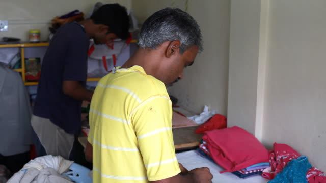 Zwei Männer Bügeleisen Kleidung in Indien