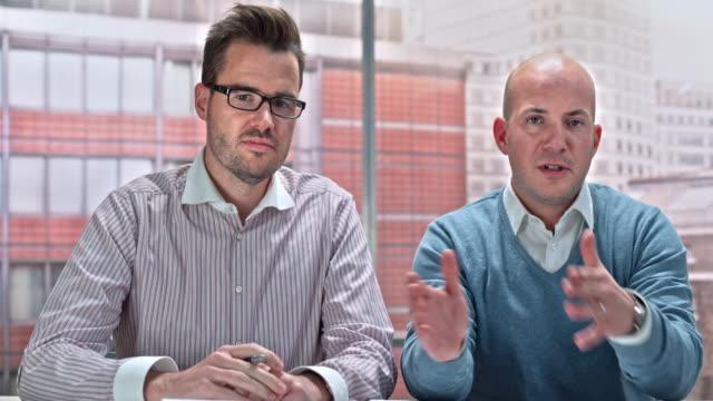 ld 2 人の男性が自分のオフィスからビデオ通話 - 正面から見た図点の映像素材/bロール