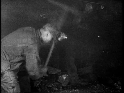 vídeos de stock e filmes b-roll de b/w 1922 two men mining anthracite coal in mine with pick axes - mina de carvão