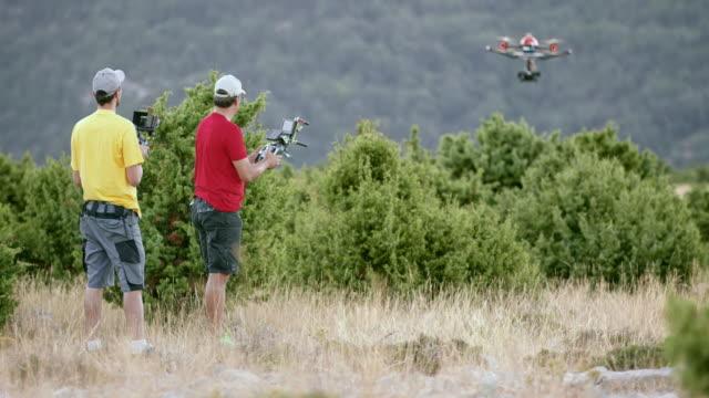 LD zwei Männer, die eine Drohne in der Luft in Betrieb