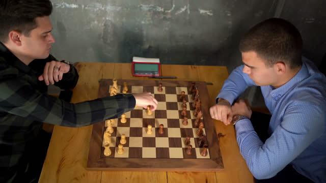 チェスをしている二人の男 - 余暇 ゲームナイト点の映像素材/bロール