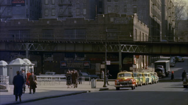 vídeos de stock e filmes b-roll de ws pan pov two men sitting in taxi  and taxi passing thorugh  road of yankee stadium / new york, new york, united states - 1950