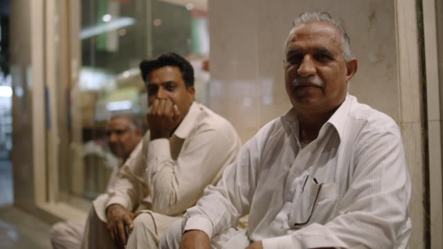 vídeos de stock e filmes b-roll de two men smile for portrait in souk market- dubai - arabesco