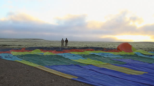ms two men standing at deflated hot air balloon in desert / sossusvlei, hardap, namibi - wiese stock videos & royalty-free footage