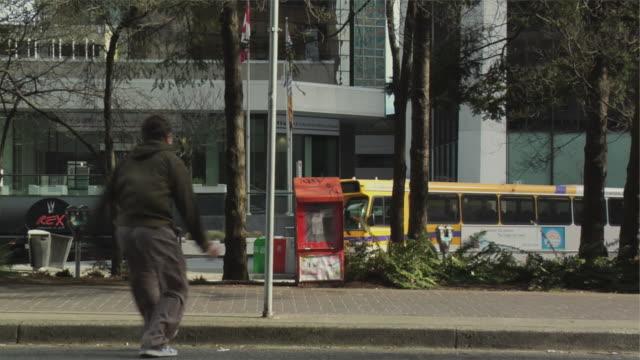 vidéos et rushes de ms two men swinging around sign post, performing parkour, vancouver, british columbia, canada - poteau d'appui