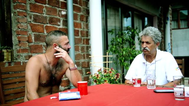 due uomini parlare. - cinquantenne video stock e b–roll