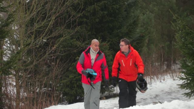 two men walking in the snow - stazione sciistica video stock e b–roll