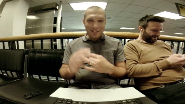 stockvideo's en b-roll-footage met ws two men waving at a laptop - zwaaien gebaren