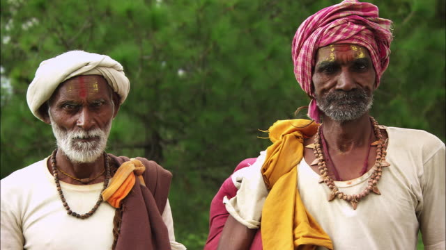 two men wearing turbans stand still. available in hd. - bindi stock videos and b-roll footage