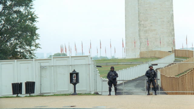 stockvideo's en b-roll-footage met two military police guard the entrance of the washington monument. - mp