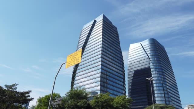 vídeos de stock, filmes e b-roll de dois prédios modernos localizados na vila olímpia, em são paulo. - tower