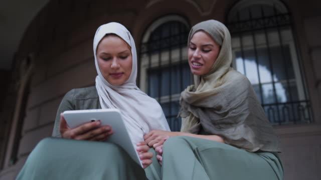 vídeos de stock, filmes e b-roll de dois modernos muçulmana estudante feminino - vestuário modesto