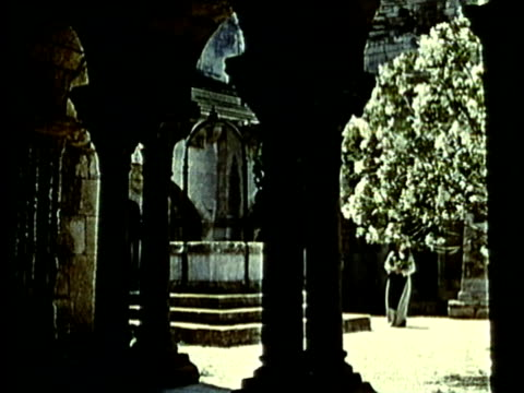 recreation, ms, two monks in medieval abbey courtyard - periodo medievale video stock e b–roll
