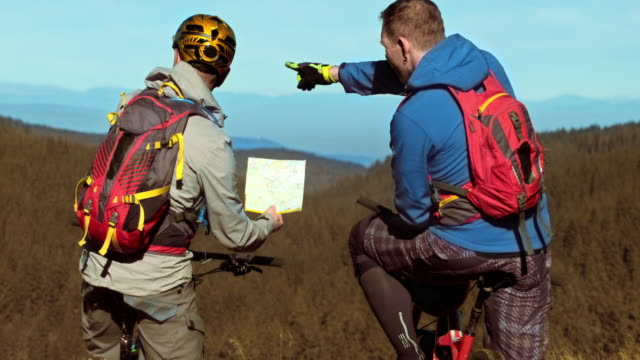 ld 2 つの山のサイクリングマップを確認 - クロスカントリーサイクリング点の映像素材/bロール