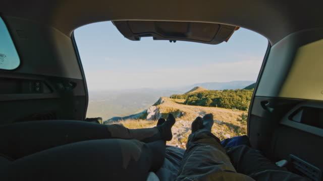 ms zwei bergwanderer ruhen im kofferraum des autos - camping stock-videos und b-roll-filmmaterial
