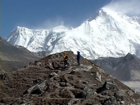 zo, ws, two mountaineers on himalaya mountains trail, katmandu, khumbu- himalaya, nepal - khumbu stock videos and b-roll footage