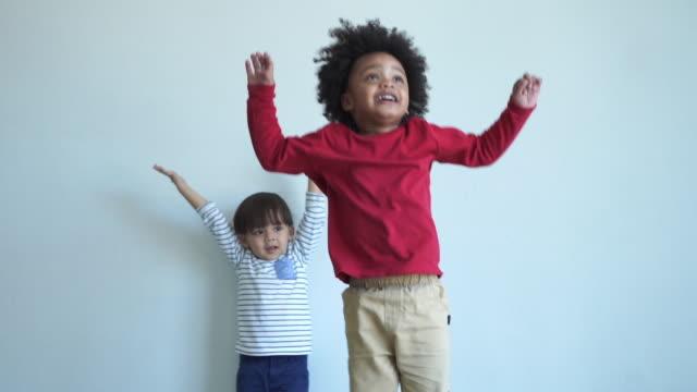 vídeos y material grabado en eventos de stock de dos niños en edad preescolar multiétnico jugando y aprendiendo juntos en casa, concepto de educación en casa - escuela preescolar