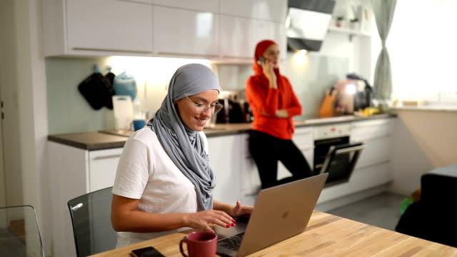 stockvideo's en b-roll-footage met twee moslim studenten thuis - leesbril