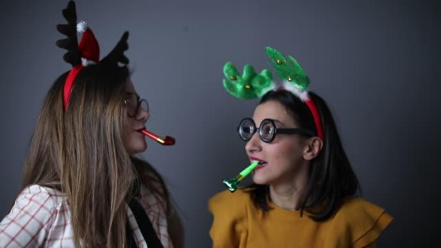 zwei freundinnen nerdy - gehörn stock-videos und b-roll-filmmaterial