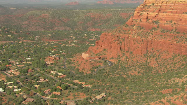 vídeos de stock e filmes b-roll de ws aerial zi two nuns and pan over to chapel of the holy cross / sedona, arizona, united states  - arenito