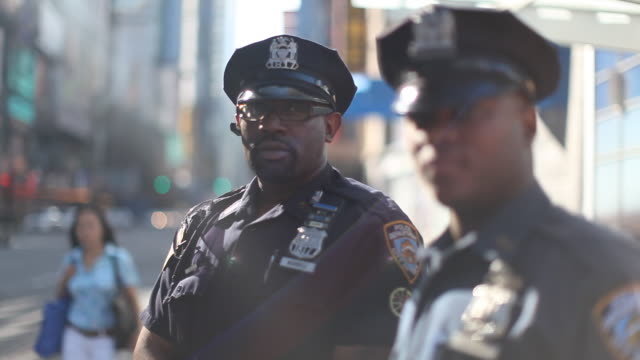 stockvideo's en b-roll-footage met two nypd policemen - politiedienst