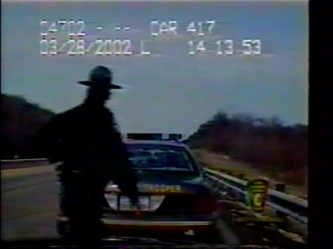 / two ohio state troopers investigate accident / driver plows across three lanes into the back of police car / passersby stop to help police officers... - 衝突事故点の映像素材/bロール