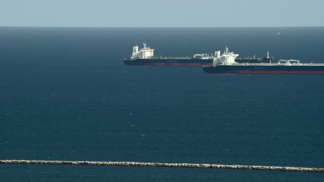 long beach, california - july 7, 2014: two oil tankers outside the long beach harbor. - minerva 個影片檔及 b 捲影像