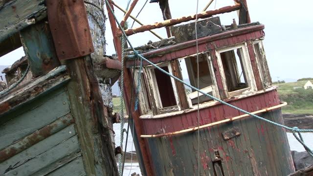 vídeos de stock e filmes b-roll de dois velhos barcos de pesca abandonado - ilha mull
