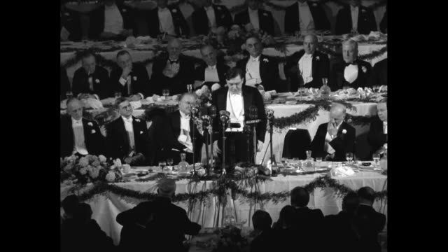 two overhead shots of people sitting at tables in banquet room of waldorf astoria hotel / closer view of three men sitting at table / wendell... - ウォルドルフ・アストリア点の映像素材/bロール