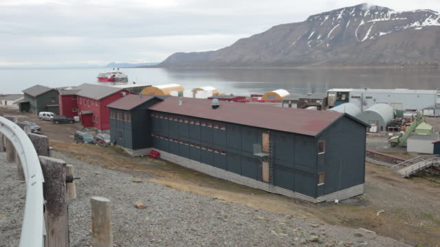 two passenger cruise ships at the port of longyearbyen on adventfjorden in svalbard archipelago - スヴァールバル諸島およびヤンマイエン島点の映像素材/bロール
