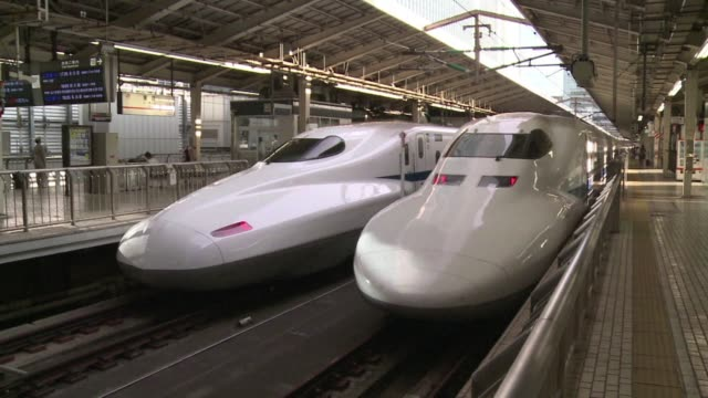 vídeos y material grabado en eventos de stock de two people are feared dead after an apparent suicide attempt on board a moving shinkansen bullet train in japan a spokesman for the operator tells afp - accidente de tren