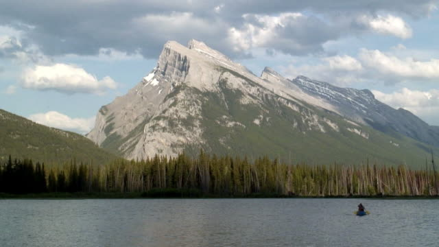 ws two people canoeing on vermillion lake near mt. rundle in banff national park / alberta, canada - unknown gender stock videos & royalty-free footage