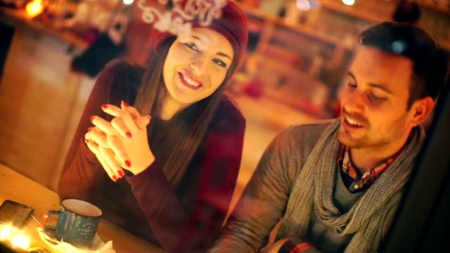 vídeos de stock, filmes e b-roll de duas pessoas com chá no cabine coffee shop. - armação de janela