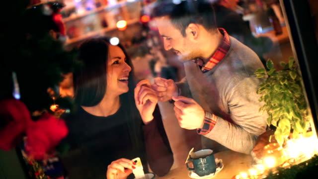 Dos personas que tienen el té en cabina cafetería.