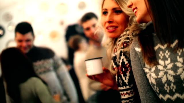 stockvideo's en b-roll-footage met twee mensen die thee op cabine koffieshop. - koffie drank