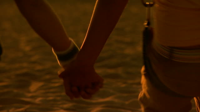 vidéos et rushes de two people holding hands  - couple d'adolescents
