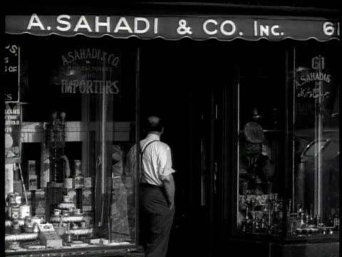 stockvideo's en b-roll-footage met 1939 ms two people in front of lebanese store, a. sahadi & co. / new york city, new york, usa - kruidenier