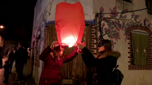 vidéos et rushes de two people light a mini hot air balloon during the bocuk festival on january 26 2019 in edirne turkey the bocuk festival or is believed to be an... - aménagement de l'espace