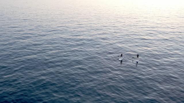 AERIAL zwei Personen auf ihre SUP Paddeln im Meer