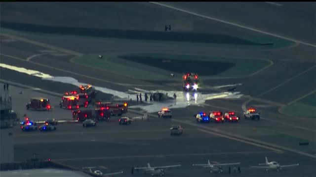 kswb two people were killed after a helicopter spun out of control and crashed at mcclellan–palomar airport on november 18 2015 - carlsbad kalifornien bildbanksvideor och videomaterial från bakom kulisserna