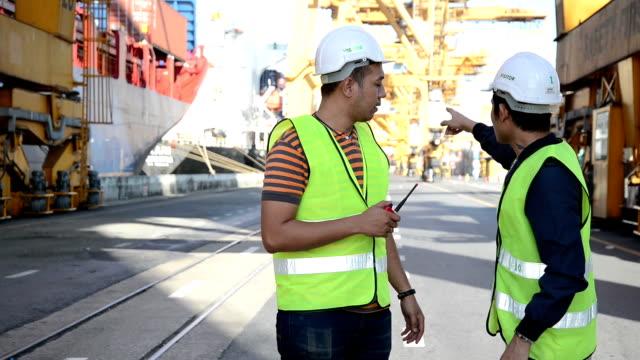 zwei personen arbeiter und cargo container in versand - authority stock-videos und b-roll-filmmaterial