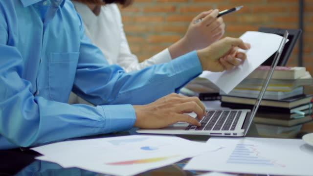 stockvideo's en b-roll-footage met twee mensen werken en vergadering in the office - toegankelijkheid
