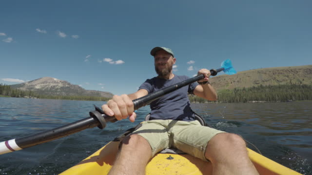 vídeos y material grabado en eventos de stock de punto de vista de dos personas kayak en un lago tranquilo - miembro parte del cuerpo