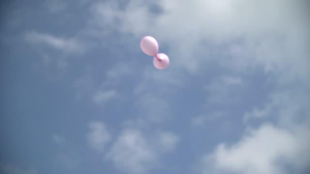 Weitwinkelaufnahme Flachwinkelansicht zwei fliegende Rosa Ballons gegen Himmel